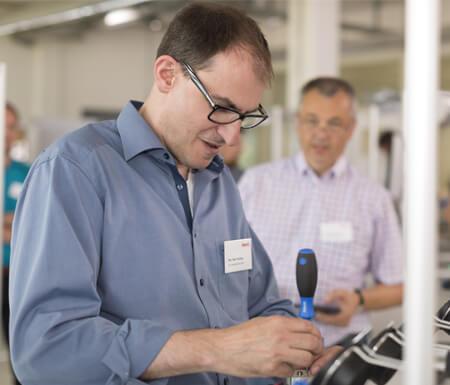 Teilnehmer einer Lean-Management-Schulung der item Lernfabrik